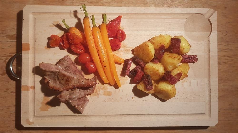 Pluma met chorizo, jonge worteltjes en kerstomaatjes